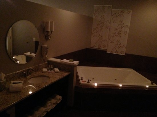 Belamere Suites: Anniversary package; candle lit jacuzzi with aromatherapy