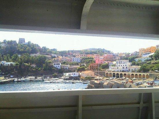 Hotel Ustica Punta Spalmatore: Ustica dalla nave