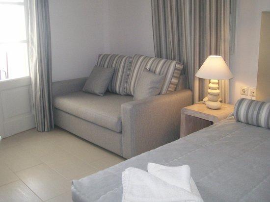 Aegean Plaza Hotel: vue sur un des lits et coin canapé
