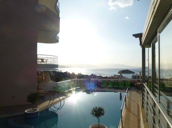 Amaryllis Hotel Apartment: La piscine avec la vue panoramique et la terrasse pour le petit-déjeuner