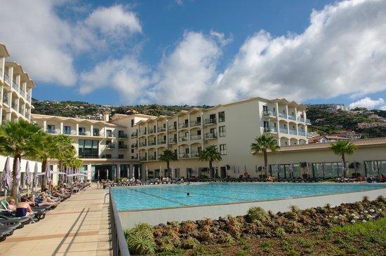 Vila Galé Santa Cruz : вид на отель и бассейн со стороны океана