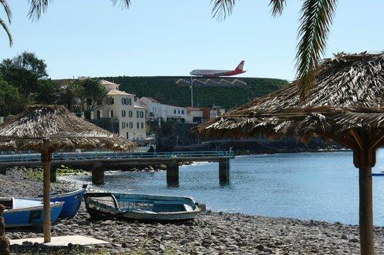 Vila Galé Santa Cruz : вид на взлетно-посадочную полосу с пляжа