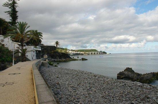 Vila Galé Santa Cruz : дорожка вдоль пляжа и отеля