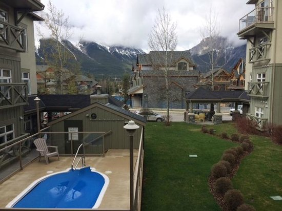 Windtower Lodge & Suites: view from room 219 and the hot tub