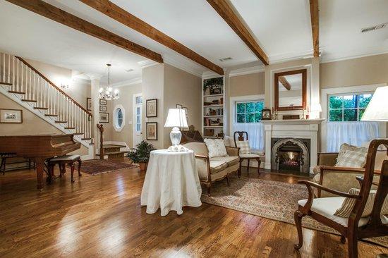 Bailey's Uptown Inn: Living room