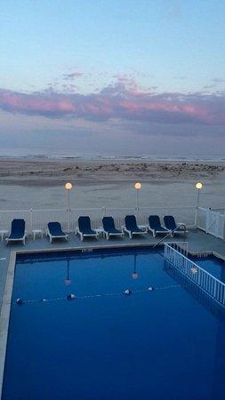 Acacia Beachfront Resort : Pool view