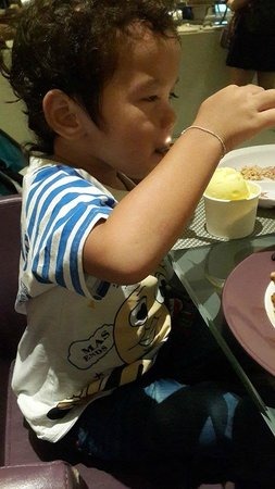 Starz Restaurant: my son eating ice-cream