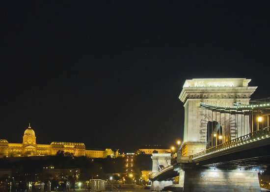 InterContinental Budapest: Chain Bridge from outside the hotel