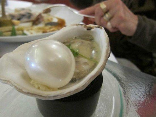 l'Auberge du Vieux Puits : huître et sa perle avec fumée de bois de hêtre emprisonnée