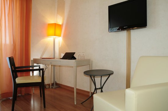 Grand Hotel Donatello Imola : scrittoio e tv flat screen