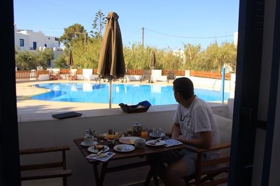 Anna Studios: le petit déjeuner en terrasse