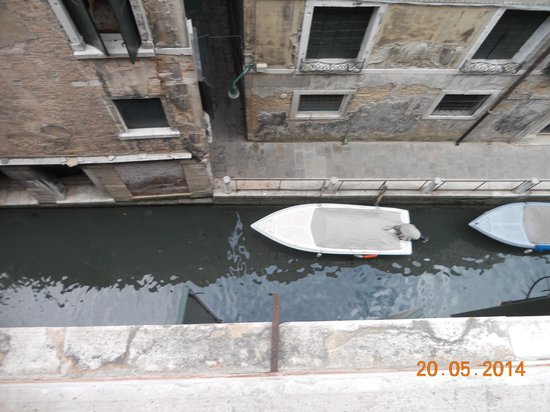 Hotel Ala - Historical Places of Italy: View straight down onto the canal - garbage truck!