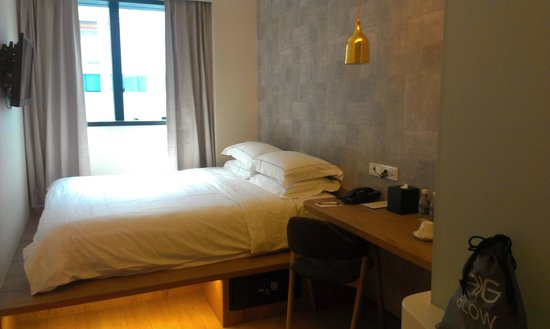 BIG Hotel Singapore: View of the room from the door