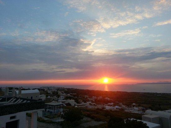 Villa Agnadi Studios: Sunset from room balcony... Oia in the background