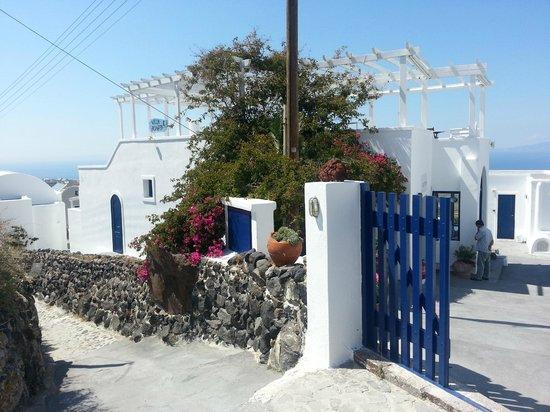 Villa Agnadi Studios: Main gate