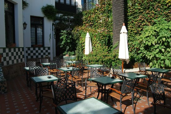 Hotel Diana: Courtyard Dining Area