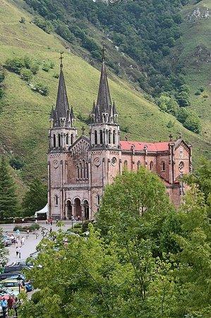 Covadonga, Spain: Вид на базилику
