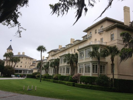 Jekyll Island Club Resort: Front view of hotel