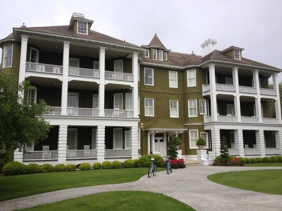 Jekyll Island Club Resort: Front view of Sans Souci building
