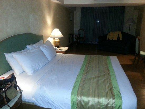 Atrium Hotel Manila: bed