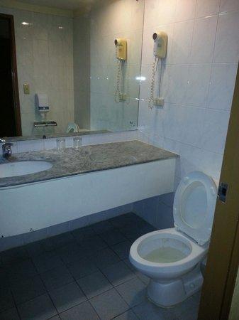 Atrium Hotel Manila: dirty water in the toilet