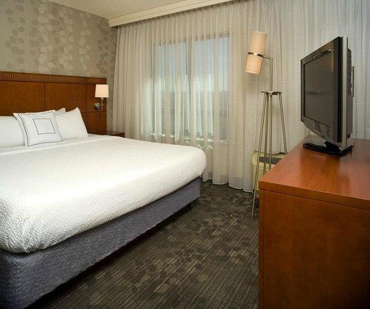 Courtyard Washington Capitol Hill/Navy Yard: King Suite Bedroom