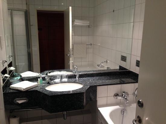 Arora Hotel Gatwick / Crawley: bathroom