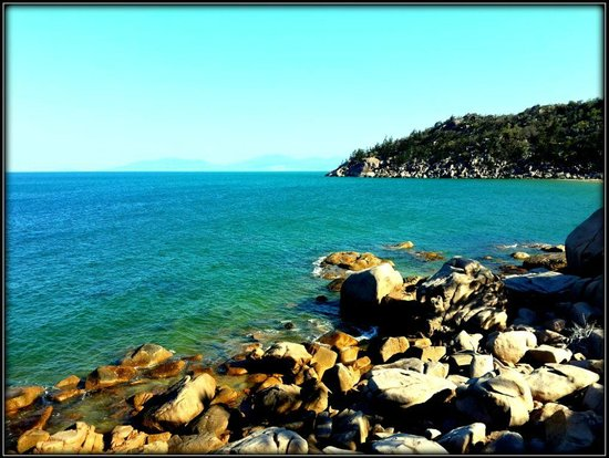 Base Backpackers Magnetic Island: Looking down from deck of room to rocks and ocean