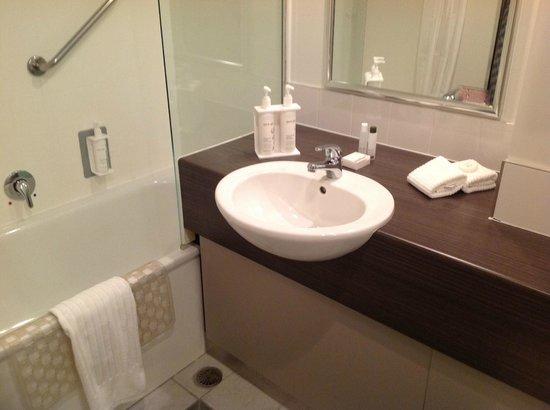 Jet Park Hotel & Conference Centre : Washbasin & Bath