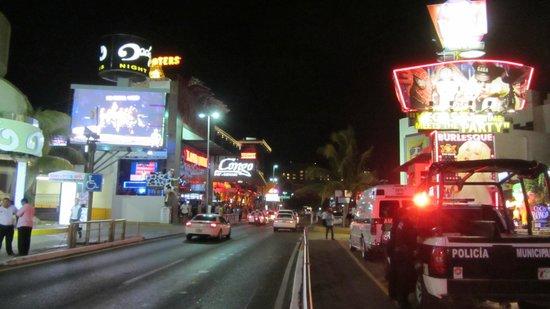 Avenida Kukulkan : La Avenida de noche