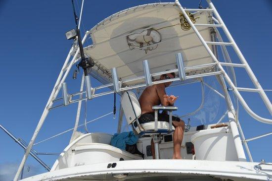 Extreme Sport Fishing Maui : Ryan on the helm