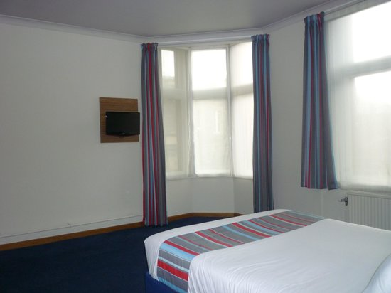 Travelodge Edinburgh Central Rose Street: Large room.