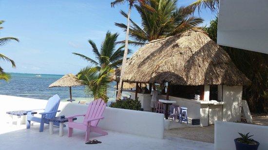 Mata Rocks Resort: Beach bar view