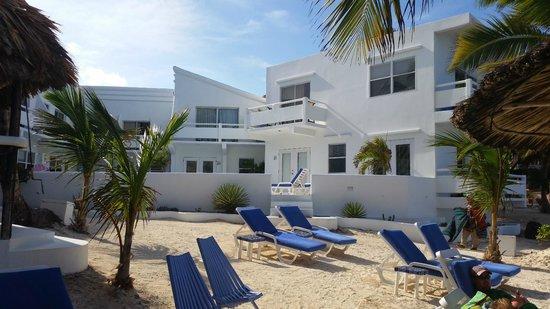 Mata Rocks Resort: Hotel view from the beach