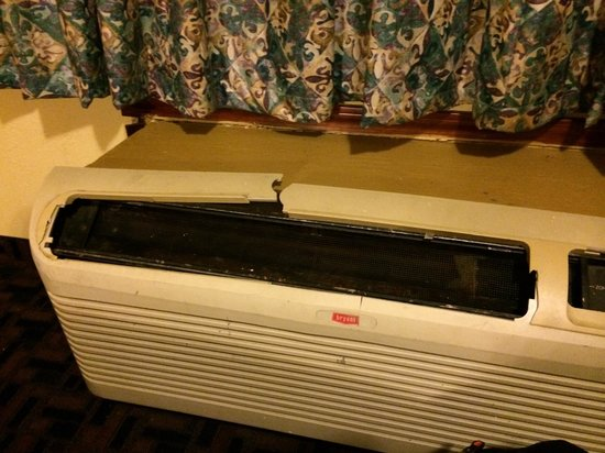 Americas Best Value Inn & Suites - Warren / Detroit: Broken air conditioner