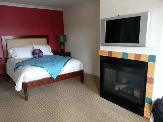 Hotel Blue : Fireplace + bed