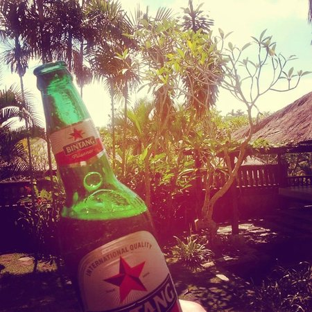 Villa Kharista: Cold Balinese beer and our lovely garden