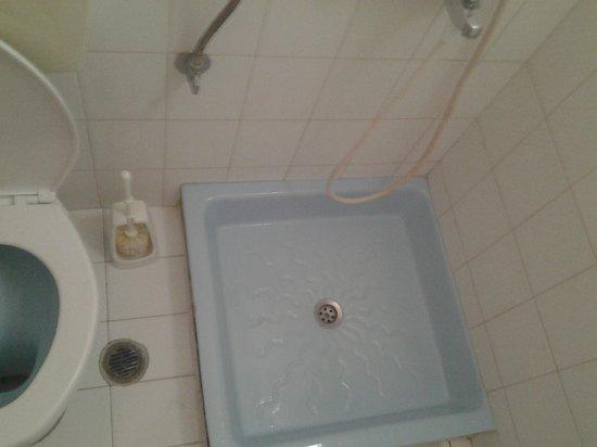 Elmi Suites: душ