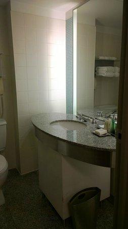 Hilton Toronto: Smallish bathroom