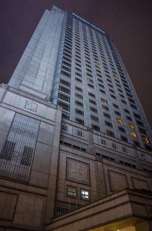 Mandarin Oriental, Kuala Lumpur: The hotel facade at night