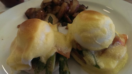 Cafe Chartreuse : Eggs Benedict with Smoked Salmon
