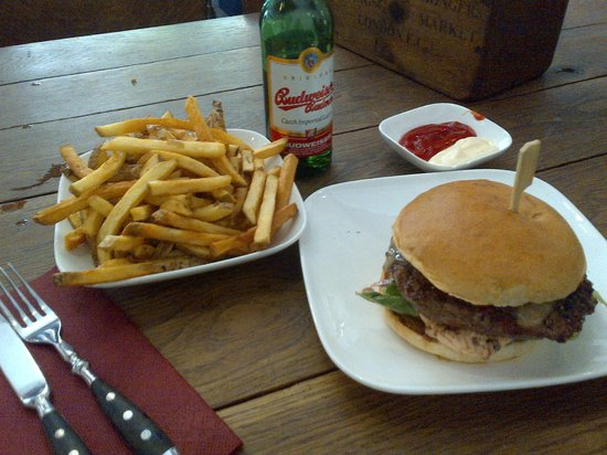 Die Fette Kuh: Simple Cheeseburger with a 2,8€ french fries portion