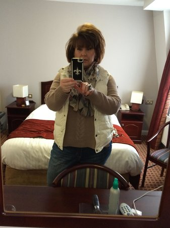 Cassidys Hotel: Taking selfie! Bed was great!