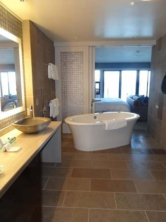 The Inn Above Tide : Bathroom 203