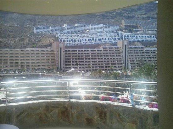 Paradise Valle Taurito : Vistas a los complejos hoteleros desde la habitación
