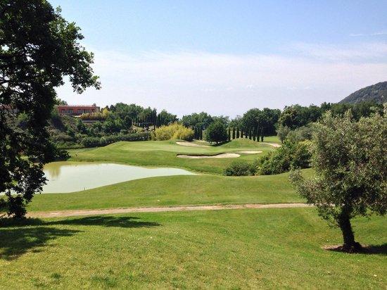 Golf Hotel Ca' Degli Ulivi: Blick von Abschlag Nr. 18 richtung Green. Links das Hotel.