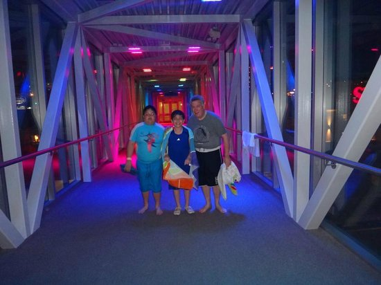 Skyline Hotel & Waterpark: Enclosed walkway from Skyline Inn to Fallsview Waterpark