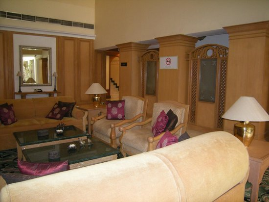 Vivanta by Taj - Connemara, Chennai: Small Sitting Area for Surrounding Rooms