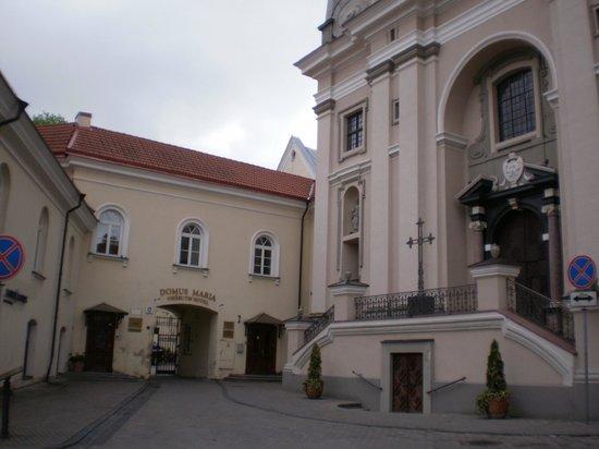 Hotel Domus Maria: Chiesa di fianco all'ingresso