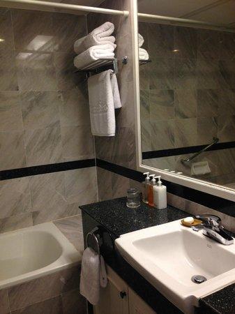 Centre Point Pratunam Hotel: bathroom